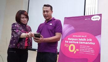 VP XL East Region, Desy Sari Dewi dan Deputy CCO XL East And North, Kencono Wibowo sedang mencoba Tariff Irit Rp 0,- dari Axis saat acara Axis Brand Re-launch di GrhaXL Pemuda, Senin (30/3) kemarin.