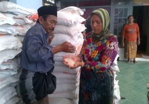 Warga saat terima bantuan raskin di Desa ragung Kec, Pengarengan Sampang. [nurkholis/bhirawa].