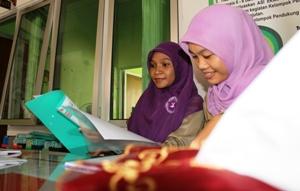 Mirahati Safira saat mempelajari data medis pasien di RPG Kabupaten Situbondo. [sawawi/bhirawa].