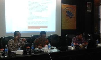 Tiga Profesor Universitas Jember saat membedah Perbup Pendidikan Situbondo, diaula SMKN I Panji, kemarin. Puluhan Kepala Sekolah, pengawas dan Dewan Pendidikan ikut menjadi peserta acara tersebut. [sawawi/bhirawa]