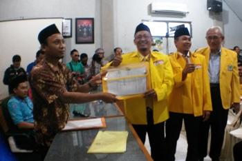 Pasangan calon Ahmad Nurhamim-Ahmad Junaidi (Arjuna) saat mendaftar ke KPUD Gresik. [kerin ikanto/bhirawa]