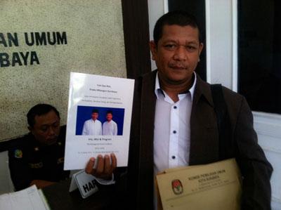 LO gabungan Partai Demokrat dan PAN Didik Darmadi  saat mendatangi KPU Surabaya, Selasa (18/8).
