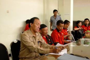 Kepala Seksi Hubungan Industri Dinas Tenaga Kerja Kota Surabaya, Irwan Ario Wibowo, SE MM saat memediasi dengan Federasi Serikat Buruh Madani (FSBM) di Kantor Disnaker Surabaya. [trie diana/bhirawa]