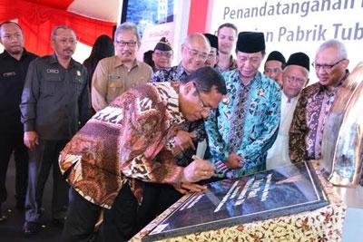 Menteri Perindustrian Republik Indonesia Saleh Husin SE, MSi saat menandatangani prasasti peresmian pabrik semen terbaru PT Holcim Indonesia Tbk di Kabupaten Tuban, Senin (24/8).