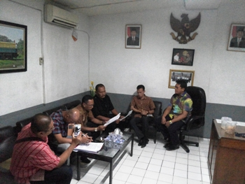 Juru-Sita-PN-Surabaya-Joko-Soebagyo-saat-pelaksanaan-eksekusi-di-Indo-Plaza-Surabaya.-[abednego/bhirawa].