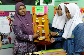 MTs Al-Fatich Kecamatan Benowo Surabaya saat menunjukkan sistem peredaran darah manusia. [Achmad tauriq/bhirawa]