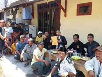 Rahadi Sri Wahyu Jatmika selaku Kuasa Hukum warga Krembangan saat menunjukkan surat gugatan kepada Wali Kota Surabaya, Selasa (25,8). [abednego/bhirawa].