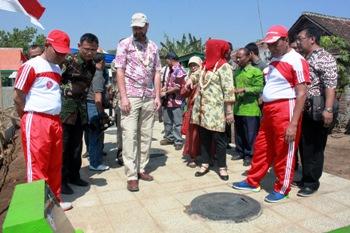 Wali Kota Pasuruan H Hasani bersama Direktur Kantor Lingkungan USAID Indonesia, John F Hanson saat peresmian IPAL yang bekerja sama dengan USAID di Kelurahan Kebonagung, Kecamatan Purworejo, Kota Pasuruan, kemarin. [helmi husain/bhirawa].