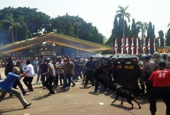 Tim kemanan Pilkada dari Polres Tuban saat menghadang para demostran dari salah satu pasangan calon kepala daerah yag tidak terima dengan hasil keputusan KPUD dalam Pilkada 2015.