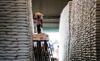 ktifitas-pekerja-di-gudang-Bulog-di-wilayah-Tuban.