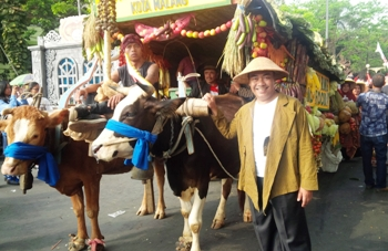 Dinas Pertanian Kota Malang menampilkan cikar yang membawa hasil bumi saat kirab pitulasan memperingati HUT ke-70 Kemerdekaan RI, Kota Malang, didepan Balaikota Malang, Rabu (19/8) kemarin.