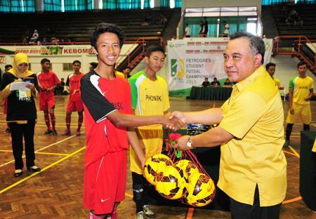 Ketua panitia HUT Petro ke 43 Riza Perkasa secara simbolis menyerahkan bola kepada pemain. [kerin ikanto/bhirawa]