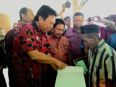 Kepala Kanwil BPN Jatim Muchtar dan Kepala BPN Sidoarjo Nandhang Agus menunjukkan nama warga yang ada di sertifikat, Kamis (10/9).