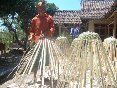 Misjo, pembuat pangopenan  kacang asin dari Kecamatan Asembagus, Situbondo. Dia mengaku sering dapat order dari pelanggan di Kab Jember dan Banyuwangi.