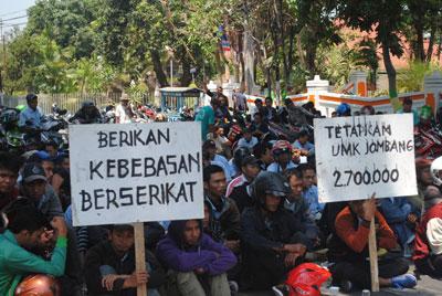 Ratusan buruh Jombang kembal mengepung kantor pemkab Jombang, mereka menuntut UMK 2016 sebesar Rp2,7 juta.