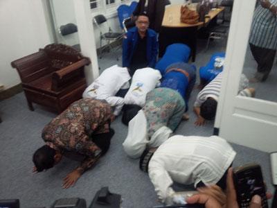 Pasangan Rasiyo-Lucy bersama relawan pendukung langsung sujud syukur, begitu KPU Kota Surabaya mengesahkan penetapan paslon yang diusung Partai Demokrat dan PAN.