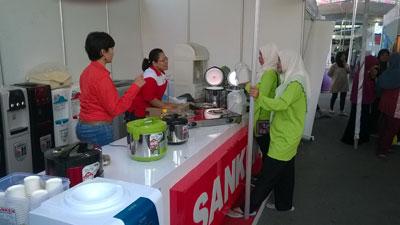 Anggota Fatayat NU saat melihat produk Sanken di booth pameran.