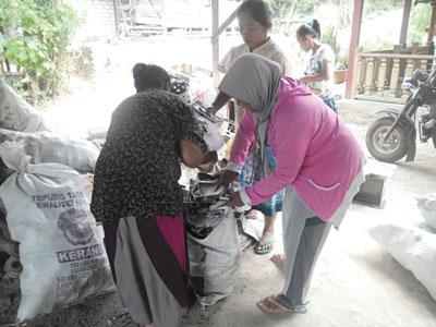 Para Ibu-ibu dari Desa Sukorejo, Kecamatan Senori Tuban saat mengumpulkan sampah yang saat ini menjadi budaya bersih di wilayah tersebut wujud.