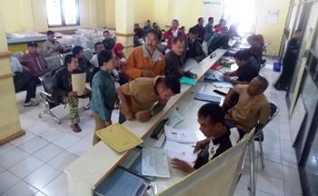 Antrean pemohon untuk mengurus administrasi kependudukan, di Kantor Dispendukcapil, Kecamatan Kepanjen, Kabupaten Malang
