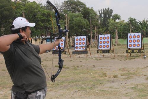 Girrincha Didi Nugroho, berlatih di areal parkir GOR Bung Karno Nganjuk untuk mendulang prestasi di arena PON.