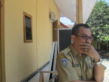 Sutrisno, Camat Kapongan saat memperlihatkan hasil rehab sejumlah ruangan dan pagar setempat, pagi kemarin. [sawawi/bhirawa]