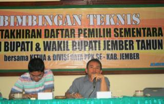 Habib M. Rohan komisioner KPU Jember Devisi Teknis dan Data saat memberikan materi Bimtek diaula KPU Jember..