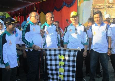 Bupati Situbondo, Dadang Wigiarto didampingi Kepala Kantor KB dr Muhammad Al-Muhdar, saat melepas ribuan peserta jalan sehat di GOR Baluran kemarin. [sawawi/bhirawa].