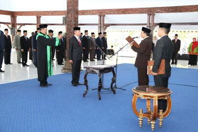 Bupati Lumajang Drs.As'at Malik M.Ag melantik Sekda Definitive Lumajang di Pendopo Kabupaten Lumajang.