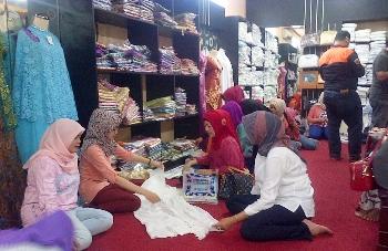 Ibu-ibu merupakan salah satu pengunjung tetap show room kerajinan bordir Pakis Kabupaten Malang (supriyanto/bhirawa)