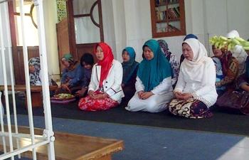 Paslon nomor 2 Dewanti Rumpoko-Masrifah Hadi saat nyekar di makam Mbah Bungkuk Singosari Kab Malang (supriyanto/bhirawa)
