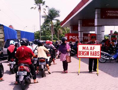 Antrean panjang di salah satu SPBU di Kota Kediri, Rabu (6/1). Pasca harga BBM turun, terjadi kelangkaan BBM jenis premium di daerah ini.