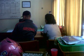 Pasangan-mesum-sedang-jalani-pemeriksaan-di-kantor-Sat-pol-PP-Sampang.
