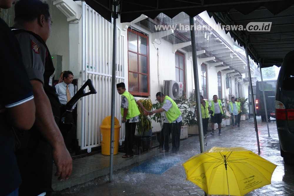 Hujan, Tahanan Tetap Tertib Berbaris