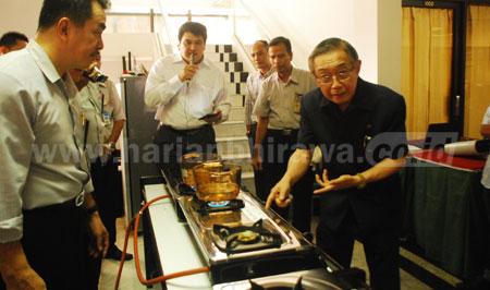 Presiden Direktur Maspion Group, Alim Markus saat mencoba produk kompor gas. [trie diana]