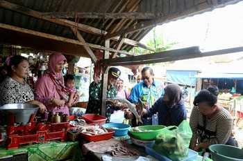 TPID Lakukan Sidak Harga Barang kebutuhan pokok di Pasar Pasirian dan Klakah.