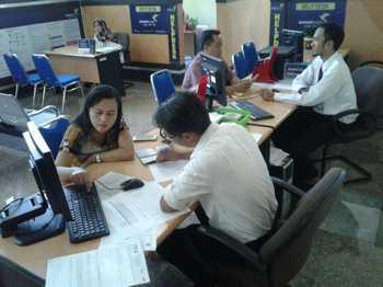 Petugas pajak KPP Pratama Kepanjen, Kec Kepanjen, Kab Malang, saat melayani masyarakat pembayar wajib pajak