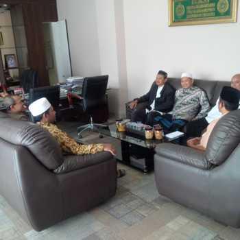 Utusan MUI Batu saat menyampaikan Surat Teguran kepada Pemkot dan diterima oleh Sekretaris Daerah (Sekda) Batu, Widodo.