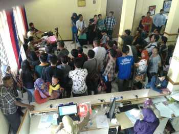 Pemohon E-KTP warga Kabupaten Malang saat mengantre foto di Kantor Dispendukcapil, Jalan Panji, Kec Kepanjen, Kab Malang.