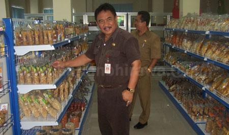Kepala Dinas Koperasi dan UKM Pamekasan, Drs.Ec. A.M Yulianto, MM, saat meninjau Galeri UMK menjual berbagai macam produk kerajinan dan makanan khas Pamekasan. [syamsudin]
