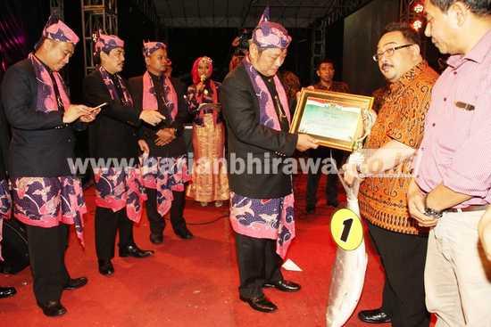 Bupati Sidoarjo saat memberikan penghargaan kepada para pemenang lelang. [achmad suprayogi/bhirawa]